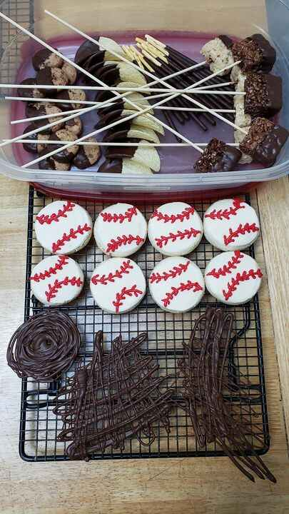 So many fun elements to 1 of my cakes for this weekend- End of season party ⚾️